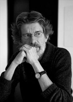 """Tomás Gonzalez, es un escritor colombiano que se inició en el campo de la poesía y en 1983 publicó su primera novela, """"Primero estaba el mar""""."""