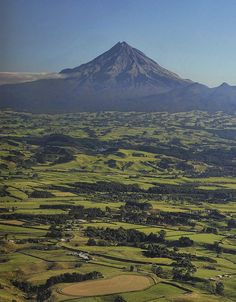 Mount Taranaki from the north Maori Legends, South Island, British Isles, Natural Wonders, Dream Vacations, New Zealand, Landscape Photography, Beautiful Places, Ocean