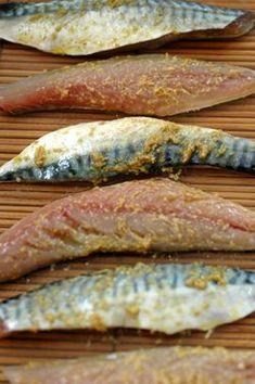 Filets de maquereaux à la moutarde, cumin et coriandre, purée de courgettes Nous devrions consommer plus de maquereau frais car il a tout pour plaire. Il est très économique (un peu mois de 2 euros par personne), ce n'est pas une espère menacée, comme le sont malheureusement beaucoup d'autres poissons,...