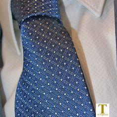 Abito Uomo 100% Lana con tessuto fil a fil in colore azzurro o grigio per un abito decisamente elegante e signorile. ✔ Abito + Camicia + Cravatta € 390,00  #abito #abitouomo #eleganza #fashion #instafashion #stile #instacool #camicia #shirt #tie #suit #italianstyle #italianfashion #chieti #Pescara #lanciano #stileitaliano #stile #fashionstyle