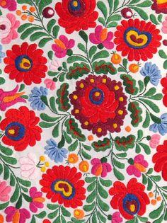 ヨーロッパの中心にあり、ブタペストを首都にもつハンガリー。目もくらむほどの明るく派手な花柄のハンガリー刺繍は、お土産としても大人気で、世界的にも有名な文化刺繍。特にカロチャ地方で生まれた刺繍は「カロチャ刺繍」と呼ばれ、世界中のひとから愛されています。 種類豊富な図案を、カラフルな糸のステッチで色付けしていく。繊細なのに、どこか素朴でカワイイ。ハンガリー刺繍の織りなす世界をたっぷりとご紹介します♪