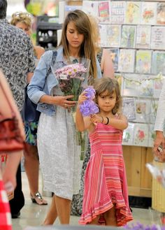 Jessica Alba Shops for Flowers