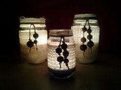 Vasetti riciclati trasformati in suggestivi porta candele