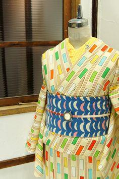 クリームイエローに、色とりどりのマスキングテーグテープでデザインしたようなスライプが染め出されたウールの単着物です。