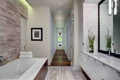 baigoire et sol couloir en bois foncé et carrélage gris clair