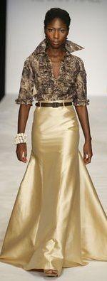 uma boa camisa + saia de cetim: a fórmula de Sharon Stone. Você encontra camisas femininas para compôr um look como este no www.estevamstore.com.br/camisa-feminina.html
