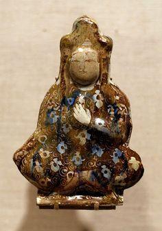 """Türk Selçuklu sanatında aslında bilinenin aksine """"Ana Tanrıça"""" İkonografisi sıkça işlenmiştir..Türk usulü bağdaş kurup oturmuş, Türk giysileri ile tasvir edilen Figürler genellikle kucaklarında bir çocuk ile birlikte görülür.. Resime tıklayın... Ceramic Figures, Ceramic Artists, Glazed Tiles, Turkish Tiles, Historical Artifacts, Small Sculptures, Pottery Art, Ceramic Pottery, Ceramic Plates"""