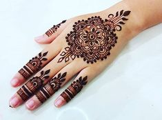 Minimal Mehendi Designs To Watch Out For This Season! Indian Henna Designs, Mehndi Designs For Girls, Stylish Mehndi Designs, Unique Mehndi Designs, Henna Designs Easy, Beautiful Henna Designs, Latest Mehndi Designs, Henna Tattoo Designs, Henna Tattoos
