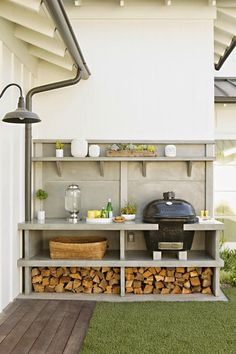 I like the compact and organised layout. Easy to work in area. Grill & outdoor kitchen: Newport Beach House Tour - Home Decor Like Small Outdoor Kitchens, Modern Outdoor Kitchen, Outdoor Rooms, Outdoor Gardens, Outdoor Living, Big Green Egg Outdoor Kitchen, Small Patio, Small Yards, Small Grill