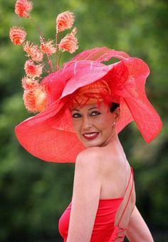 Royal Ascot chapeau cérémonie rouge