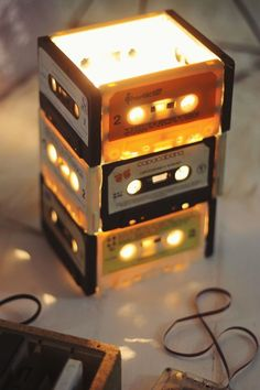 Vocês ainda tem aquelas fitas em casa? Que tal uma luminária dessas para mudar o ambiente?