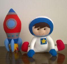 Astronauta e foguete em feltro  astronauta 22 cm  foguete 30 cm
