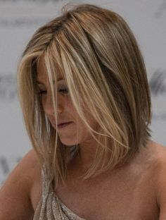 Jennifer Anistons blonde, shoulder-length hairstyle