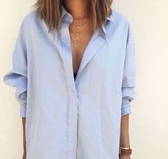 Chemise boyfriend bleu ciel déboutonnée + collier multi-rangs = le bon mix >> http://www.taaora.fr/blog/post/chemise-oversize-bleu-clair-accessoirisee-collier-superpose-multi-rangs #outfit #look