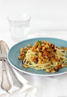 Hach, es gibt Gerichte, die wurden wohl nur gemacht um uns über die grauen Tage im Leben zu hinwegzutrösten. Diese Herbst-Pasta ist so ein Gericht. Sie schmeckt absolut einzigartig, ist kinderleicht zuzubereiten und macht auch nochirre glücklich und zufrieden. Aber was soll auch schon anderes dabei herauskommen, wenn man Pasta mit Brot vereint… Die Pasta...Weiterlesen »
