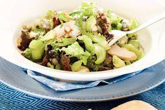 ah.nl/allerhande - Salade met (eikenblad)sla, bleekselderij, 1 avocado, 100 g walnoten, 200 g gerookte kipfilet en roquefort.