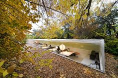 Voici les magnifiques bureaux de l'agence Selgas Canos, situés dans un oasis de verdure non loin de Madrid.  Ce tube de verre semi-enterré offre une vision optimale sur la forêt environnante. Cette structure basée sur l'architecture durable permet au bâtiment de rester frais en été et d'optimiser la lumière naturelle.