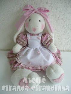 Bicho de pano confeccionado artesanalmente. <br>Enchimento com fibra de silicone antialérgica. <br>Roupa em tecido 100% algodão, cor a sua escolha. Bunny Crafts, Felt Crafts, Easter Crafts, Sewing Toys, Sewing Crafts, Sewing Projects, Sock Dolls, Doll Toys, Crochet Rabbit