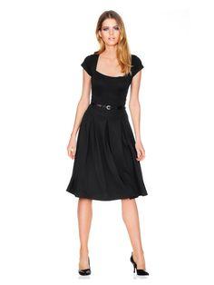 Petite Robe Noire forme évasée légèrement plissée et col carré