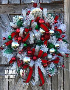 Christmas Wreath, Christmas Door, Christmas Decor, Holiday Wreath, Traditional Wreath - New Ideas Outdoor Christmas Tree Decorations, Christmas Mesh Wreaths, Christmas Door, Christmas Centerpieces, Diy Christmas Ornaments, Christmas Time, Winter Wreaths, Christmas Ideas, Christmas Traditions