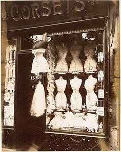 Eugène Atget est un photographe français de la fin du XIXème. Grâce à ses photographies il nous plonge dans la transformation citadine de Paris... A voir !