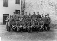 Vöyrin sotakoulun opettajia ja oppilaita 1918.