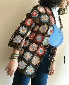 This post was discovered by Öz Crochet Coat, Crochet Jacket, Crochet Cardigan, Crochet Clothes, Granny Square Häkelanleitung, Granny Square Crochet Pattern, Crochet Squares, Poncho, Crochet Fashion