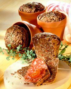 Zwiebel-Salami-Brote im Tontopf