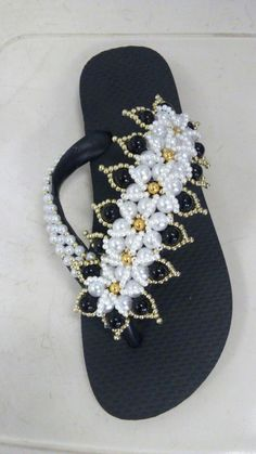 Diy Hair Bows, Diy Bow, Decorating Flip Flops, Bling Shoes, Bead Crafts, Beaded Jewelry, Fashion Jewelry, Beads, Sandals