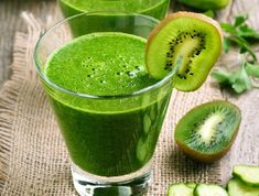 Kiwi and cucumber smoothie by Kiwi and cucumber smoothie on rustic table Kiwi Smoothie, Healthy Smoothies, Healthy Drinks, Smoothie Recipes, Healthy Eating, Cucumber Water Benefits, Cucumber Detox Water, Benefits Of Kiwi, Easy Healthy Recipes