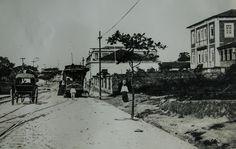 À direta, a residência do governador Jonathas Pedrosa, onde por muitos anos funcionou a Escola Normal São Francisco de Assis. Manaus. Acervo: Moacir Andrade.