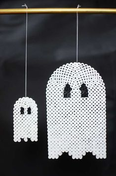 Ghosts - Halloween ornaments hama beads by sköna hem Halloween Beads, Fete Halloween, Halloween Ornaments, Halloween Ghosts, Halloween 2019, Halloween Crafts, Halloween Decorations, Halloween Cartoons, Halloween Poster