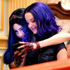 Sofia Carson & Dove Cameron behind the scenes of Descendants 3 The Descendants, Descendants Pictures, Dove Cameron Descendants, Disney Descendants Movie, Descendants Characters, Cameron Boyce, Mal And Evie, Decendants, Disney Stars