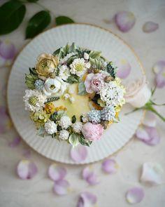 "637 Likes, 17 Comments - 써드아이엠(3rd I am) (@3rdiam_flowercake) on Instagram: ""조팝나무. 무스카리. 디디스커스. 아스틸베. -weekly cake . . . #써드아이엠 #플라워케이크 #플라워케익"""