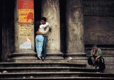 Thomas Hoepker, Lovers at a church next to Fontana di Trevi, 1984