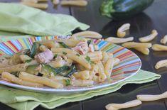 La pasta tonno e zucchine cremosa è un primo piatto che si prepara in meno di 30 minuti. Saporito e facile, a prova di imbranati.