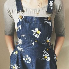 Fabric paint daisies on dungarees. Painted Clothes, Diy Clothing, Dungarees, Look Cool, Look Fashion, Dress To Impress, What To Wear, Grunge, Cute Outfits