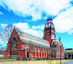 Catalogada como la mejor universidad del mundo, este antiguo y riguroso centro de estudios, que ostenta a 44 premios Nobel entre sus exalumnos, mira hacia el futuro y cruza el río Charles para construir nuevos complejos y facultades.  Harvard: Historia y Prestigio