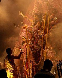 Navratri Puja will help you overcome all your negativities. Flourish with wealth on this Navratri by offering Homam to Lakshmi, Saraswathi & Durga. Kali Shiva, Kali Hindu, Kali Mata, Shiva Shakti, Hindu Art, Durga Maa Paintings, Indian Art Paintings, Maa Durga Hd Wallpaper, Durga Puja Kolkata