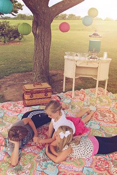 Summertime Picnic! Perfect way to spend a summer afternoon! Great Ideas!