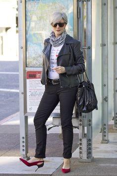 Der Beweis: Auch über 50 sind Biker-Jacken cool. Aber die Pumps mit schwarzer Ferse sind das I-Tüpfelchen des Looks... (Quelle: style at a certain age)