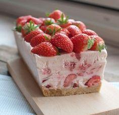 Semifreddo met aardbeien; een lekker en fris nagerecht uit Italië. Het kost even tijd maar dan heb je wel wat. Ideaal als je kookt voor een grote groep.
