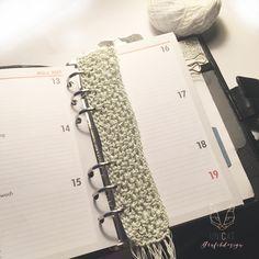 crocheted bookmark for my filofax personal made from thin white and green yarn  Gehäkeltes Lesezeichen für meinen Filofax Personal. Aus dünnem weissen und grünen Häkelgarn Filofax Personal, Needlework, Notebook, Diy, Crochet Bookmarks, Word Reading, Breien, Embroidery, Dressmaking