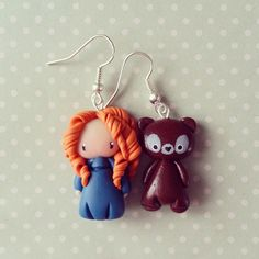 Boucles d'oreilles asymétriques Merida et son ourson : Boucles d'oreille par madame-manon Polymer Clay Disney, Cute Polymer Clay, Polymer Clay Miniatures, Fimo Clay, Polymer Clay Charms, Polymer Clay Projects, Polymer Clay Creations, Clay Crafts, Crafts To Make