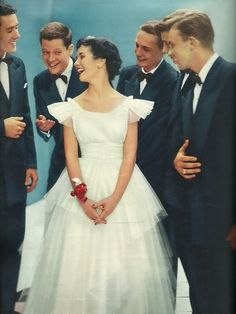 "Seventeen 1950 Prom night - I think the model is Elinor Donahue (""Father Knows Best"") Vintage Fashion 1950s, Retro Fashion, 1950s Teenagers, Fashion Artwork, Vogue Magazine, Seventeen Magazine, Vintage Prom, Old Hollywood Glamour, Prom Night"