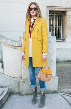 Olivia Palermo wearing a yellow coat during Paris Fashion Week Olivia Palermo Street Style, Olivia Palermo Stil, Olivia Palermo Winter Style, Olivia Palermo Outfit, Olivia Palermo Lookbook, Mantel Outfit, Cooler Look, Inspiration Mode, Mode Outfits