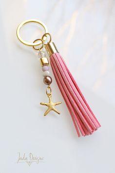 Schlüsselanhänger / Taschenanhänger in gold, rosa mit Quaste, Perlen & Seestern-Anhänger // Keychain, pink tassel, pearls, starfish charm von byJadaDesigns auf Etsy