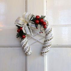 Vánoční+podkova+s+mašlí+Krásná,+bílá,+vánoční+podkova+na+dveře,+okno,+nebo+na+zeď,+vyrobená+z+papírového+pedigu,+ozdobená+červenými+kouličkami, zlatavou+mašlí a+perličkovým+řetězem.+Podkova+má+uvnitř+ozdobnou+mřížku.+Na+vašich+dveřích+vykouzlí+tu+správnou+sváteční atmoféru.+Podkova+je+určená+do+interiéru,+nebo+na+dveře,+tam+kde+neprší.+Velikost... Christmas Wreaths, Christmas Crafts, Christmas Table Settings, Paper Jewelry, Made Goods, Wicker, Projects To Try, Santa, Paper Crafts