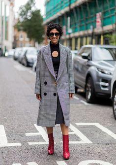 Yasmin Sewell 「Style.com」ファッション・ディレクターのヤスミンは、グレンチェックのコートをチョイス。インに着たトップスの円形のカッティングからデコルテをのぞかせて、エッジィかつセンシュアルなムードを漂わせた。赤いブーツで、モノトーンのスタイリングに色を差して。