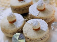 Try the delicious cookies with hazelnut filling from Eat Smarter or one of our other healthy recipes! Winter Desserts, Holiday Desserts, No Bake Desserts, Vegan Desserts, No Bake Cookies, Yummy Cookies, Cupcake Cookies, No Bake Cake, Baking Recipes